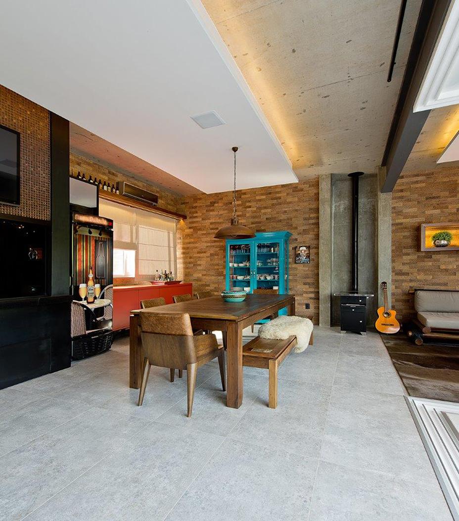 Ampliação qualifica espaço de convívio de residência em Balneário Camboriú