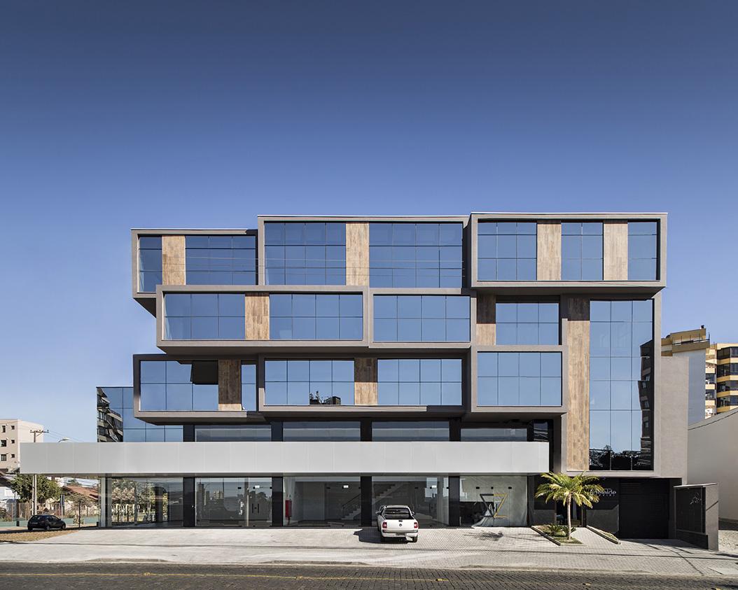 Extremamente Volumetria marcante valoriza fachada de edifício comercial em  QC01