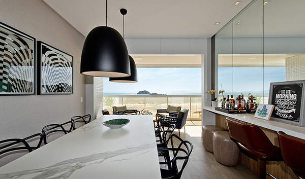 À beira-mar, apartamento ganha projeto baseado em soluções práticas, mas cheias de charme