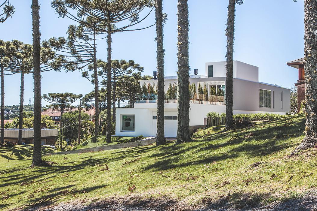 Arquitetos tomam partido da topografia e valorizam projeto de casa na serra gaúcha