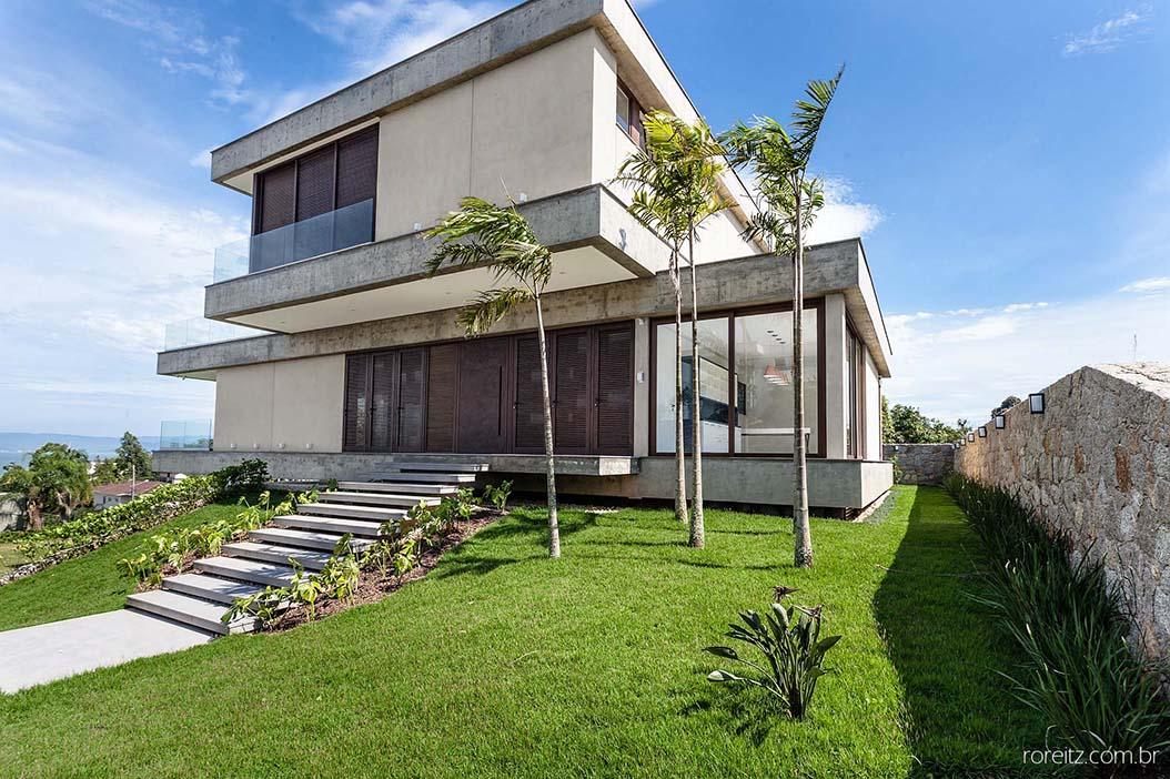Privilegiada vista para o mar define partido arquitetônico de residência em Florianópolis