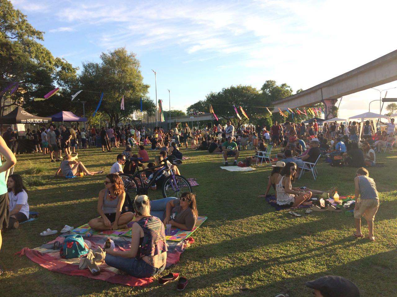 Feira cultural ocupa praça revitalizada junto à Usina do Gasômetro, em Porto Alegre