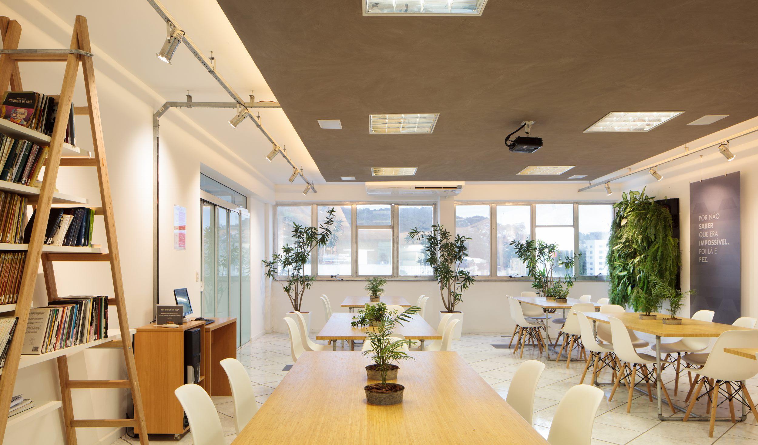 Sustentabilidade e estética clean em projeto para ambiente de ensino