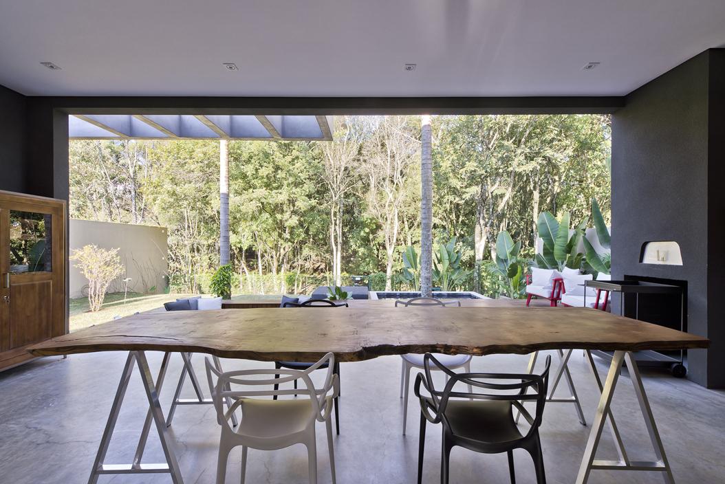 Bosque nativo, design e universo da moda influenciam projeto de residência em Curitiba