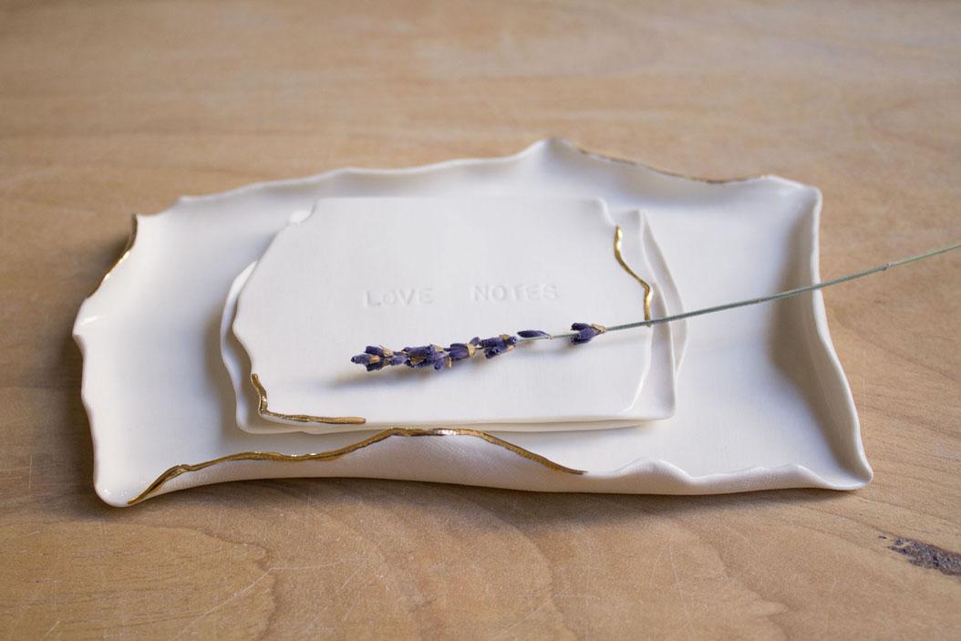 Extravasando as possibilidades da porcelana, 'Paper edition' é o novo projeto de Carolina Peraca