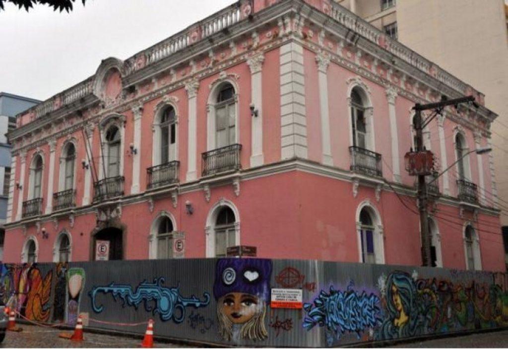 a909017d11 A cor rosada da fachada da antiga Casa de Câmara e Cadeia foi substituída  pela original