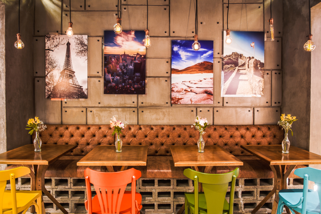 Projeto de cafeteria mistura arquitetura brutalista e decoração inspirada em várias partes do mundo